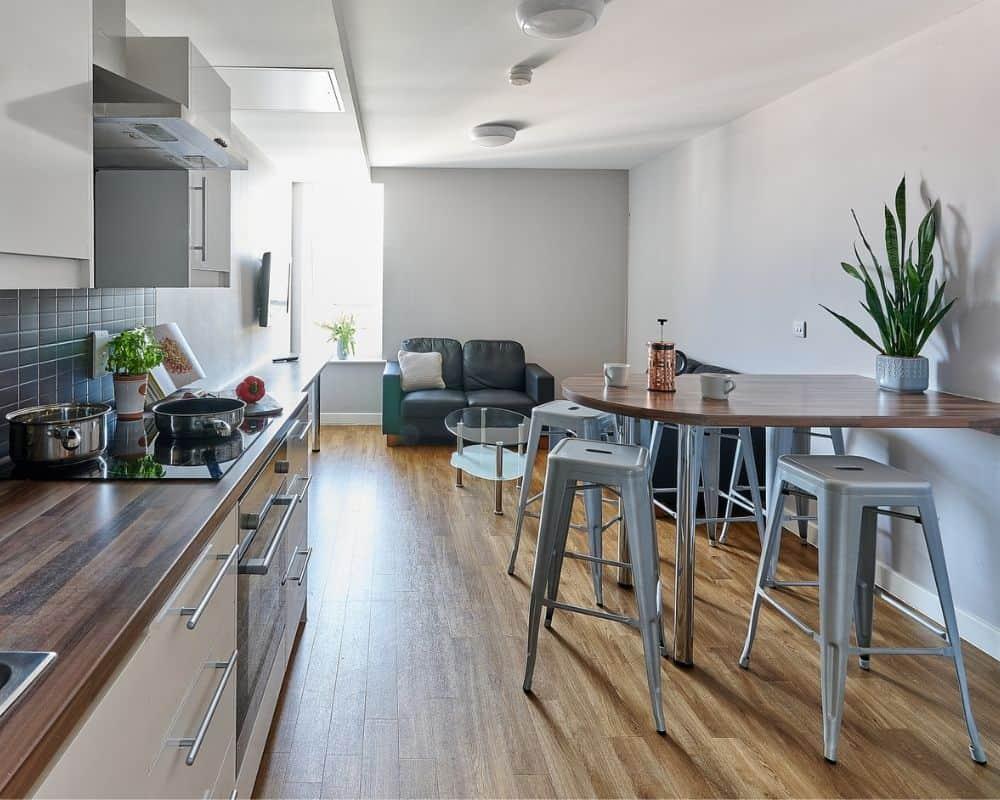 Host The Mews, Oxford - en-suite kitchen