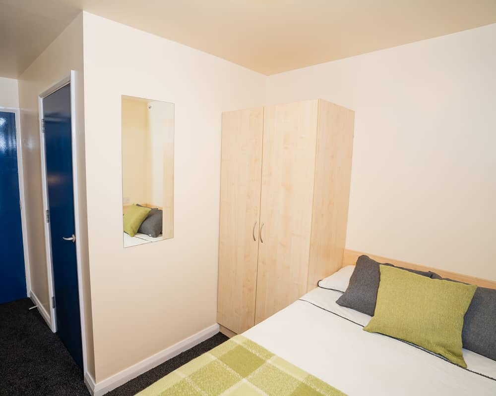 host-queens-hospital-close-student-accommodation-birmingham-shared-kitchen-social-area-4-1000x800