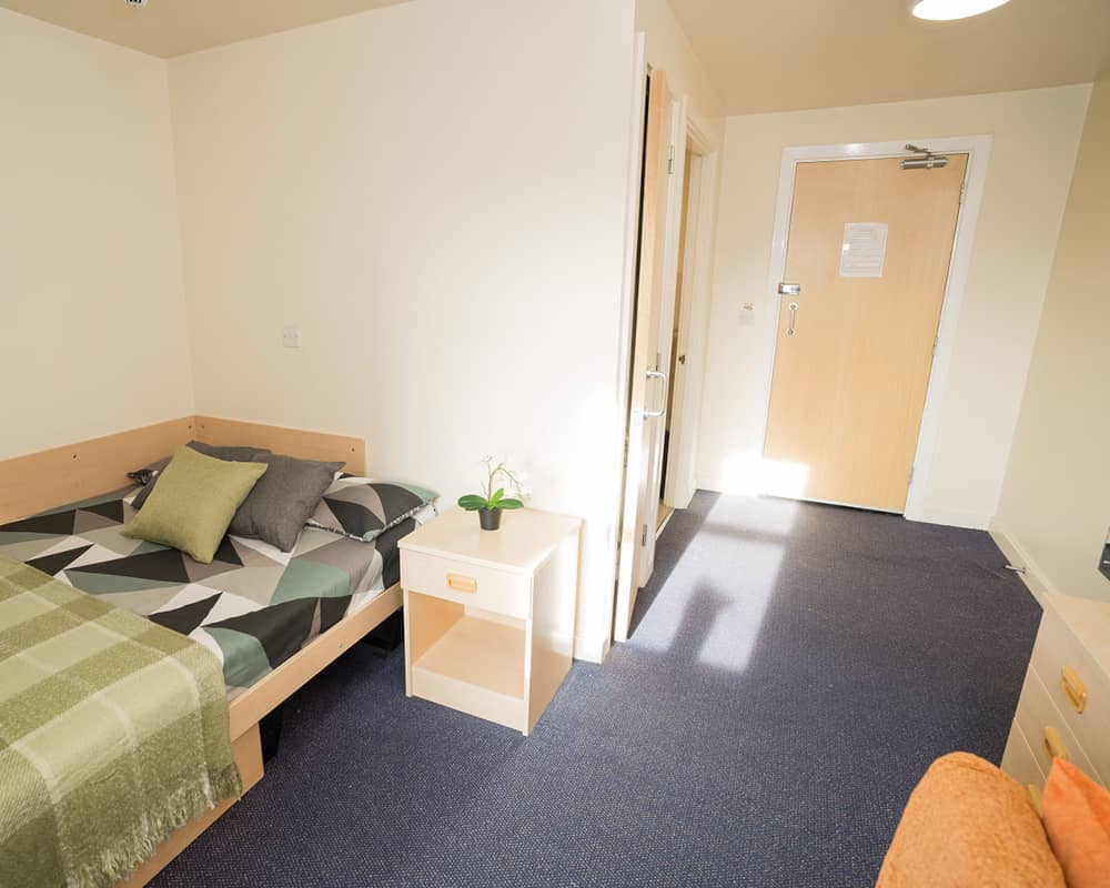 host-sky-blue-point-student-accommotation-coventry-en-suite-room-8