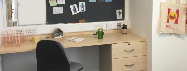 desk-in-student-room