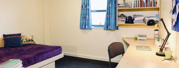 host-sky-blue-point-student-accommotation-coventry-en-suite-room-11)